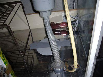 キッチンの下の仮配管